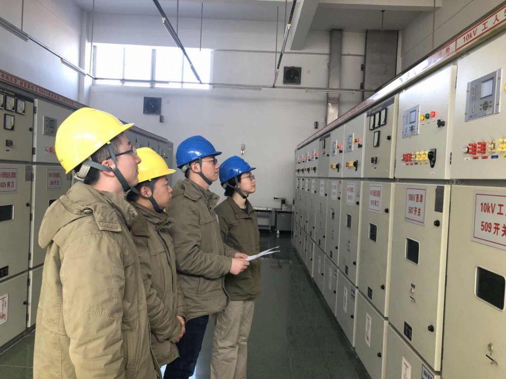 2、国网镇江供电公司运维人员在开关室进行特巡检查 摄影 王亮