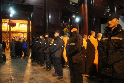 2、苏州市公安局在除夕夜组织警力到重元寺维护现场秩序