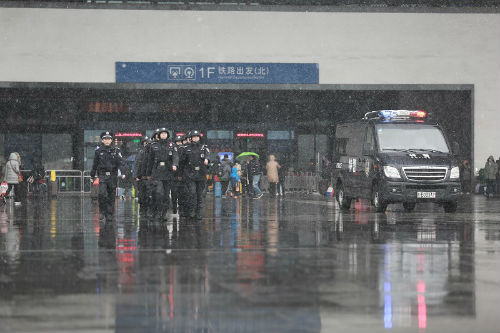 3、苏州市公安局民警冒着风雪在火车站巡逻执勤维护春运治安