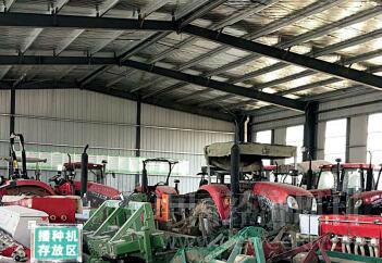 p18-3双沟镇官路村农业综合服务中心内存放的农机具