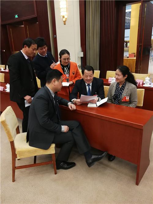 全国人大代表彭寿(右二)