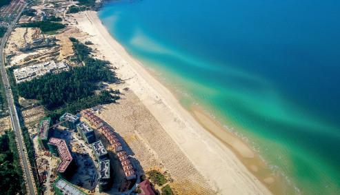 p61 2018 年 1 月18 日,海南昌江,航拍棋子湾群升海滩酒店项目进行海岸带复绿工程。视觉中国