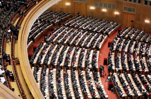p80(2) 与会代表在十三届全国人大一次会议开幕会听取政府工作报告。