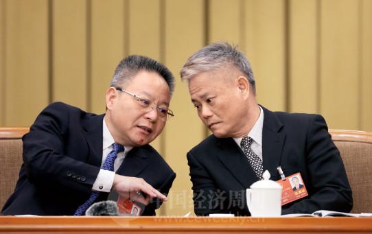 p80(1)海南省省长沈晓明(左)、海南省人大常委会副主任许俊在十三届全国人大一次会议海南代表团媒体开放日的会议间隙交流。