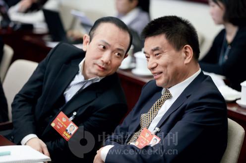 p81(3) 全国政协委员、新希望集团董事长刘永好(右)与全国政协委员、澳门万国控股集团董事局主席刘雅煌在会场内交流。
