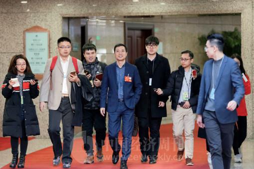 p83 全国政协委员、百度董事长兼首席执行官李彦宏(中)今年提交的4 项提案中两项与人工智能相关。
