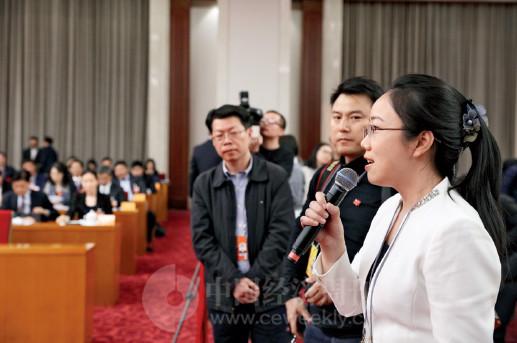 p84(3) 《中国经济周刊》记者姚冬琴在十三届全国人大一次会议江苏代表团全体会议上提问。