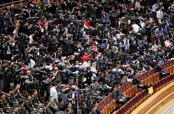 p84 今年的全国两会吸引了3000 多名中外记者采访, 其中境内记者2000 人左右, 港澳台记者和外国记者1000 多人。