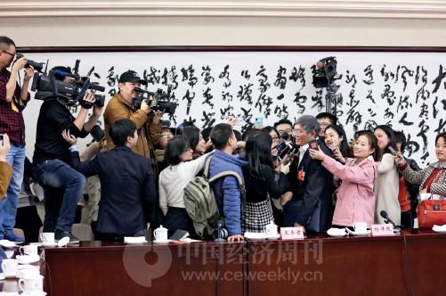 """p85 众多记者""""围堵""""全国政协委员、中央财经领导小组办公室副主任杨伟民。"""