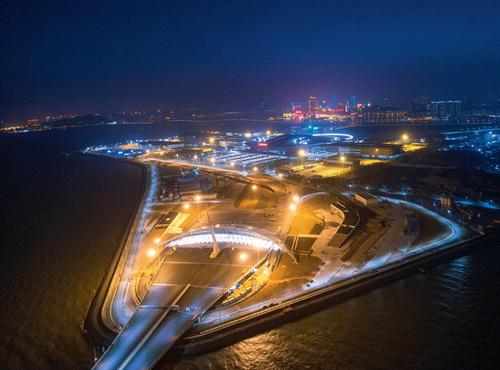 38 2017 年12月29日,港珠澳大桥进行灯光调试。视觉中国