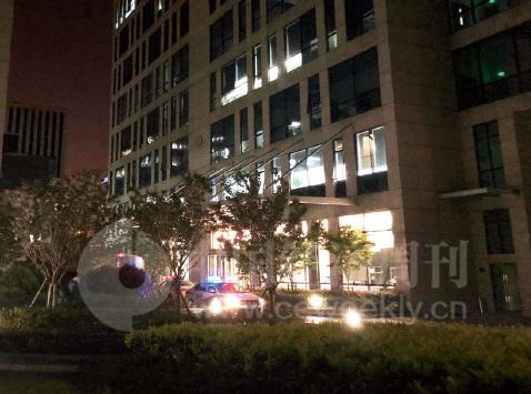 43-3 4 月10 日晚上9 点,善林金融楼下的警车  《中国经济周刊》记者 宋杰I 摄