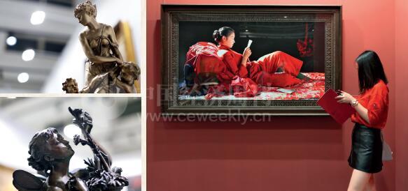 p85-2展览现场的艺术家作品和观展者 《中国经济周刊》记者 胡巍I摄