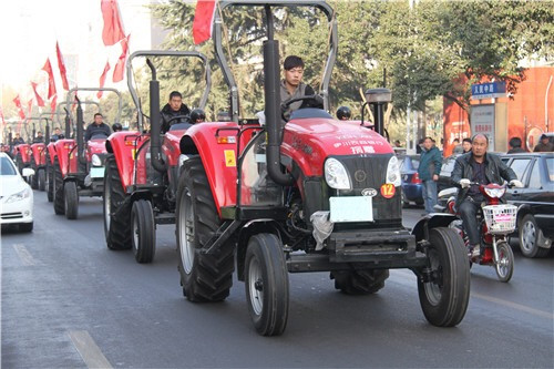 3 向农业合作社捐赠拖拉机