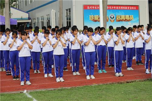 学生代表表演(黄斌摄)