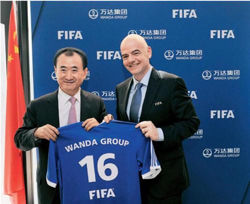 21 2016 年3 月18 日,瑞士,万达成为国际足联顶级赞助商,王健林、因凡蒂诺出席签约仪式。视觉中国