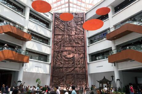p11-3家居博览中心内首先映入眼帘的是正中间的这一副四层楼高的浮雕