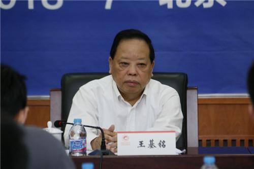 中国企业联合会特邀副会长王基铭介绍论坛情况。摄影 宋明霞