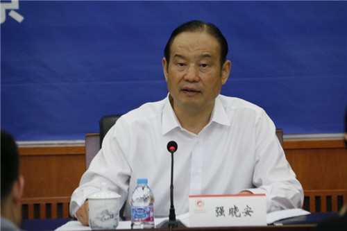 西安市副市长强晓安介绍西安经济社会发展状况。摄影 宋明霞