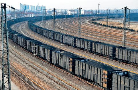 79 铁路承担着大宗货物的运输任务,煤炭产量的一半要靠铁路运输。视觉中国