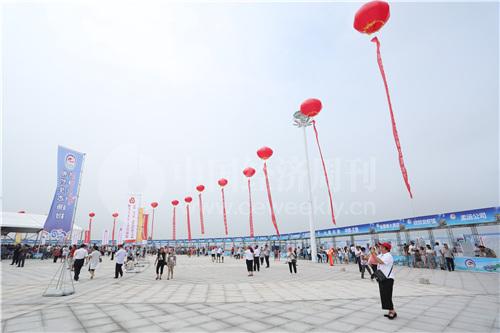 7 第二届中国·鱼台龙虾节在鱼台县龙虾广场举行开幕式,图为开幕式现场。