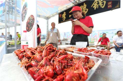 10 在举办开幕式的龙虾广场,设有展台摊位,展示和出售龙虾及各类鱼特色台农产品。