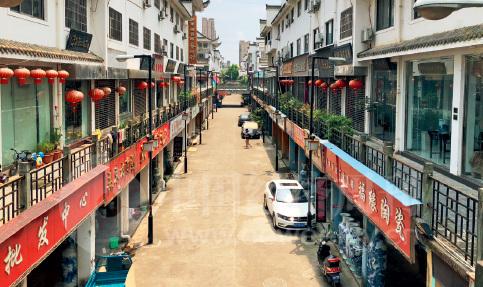 """32-1 空无一人的街巷、关张倒闭的瓷器店、纷纷转行撤离的画师……泡沫被刺破之后,景德镇的""""大师瓷""""市场陷入了历史的冰点。《中国经济周刊》记者 郭芳 摄"""