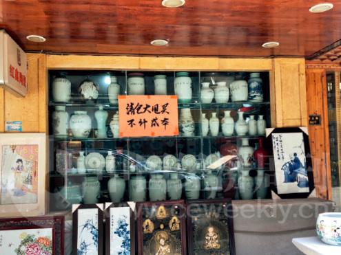 """32-4 空无一人的街巷、关张倒闭的瓷器店、纷纷转行撤离的画师……泡沫被刺破之后,景德镇的""""大师瓷""""市场陷入了历史的冰点。《中国经济周刊》记者 郭芳 摄"""