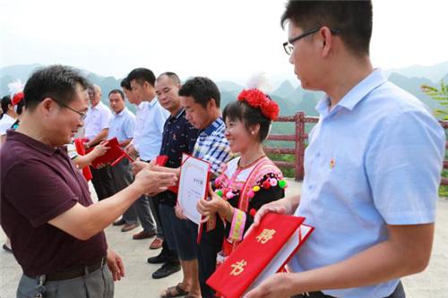 清远市农业局局长张伟杰等领导向八位乡村新闻官颁发聘任证书