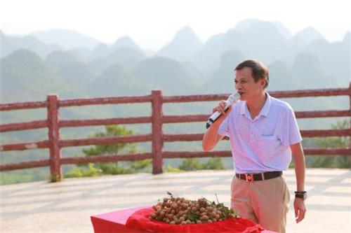 佛冈县农业局副局长关解善为石硖龙眼代言