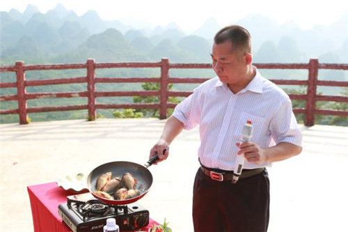 连南县科技与农业局局长毛监文为连南稻田鱼代言