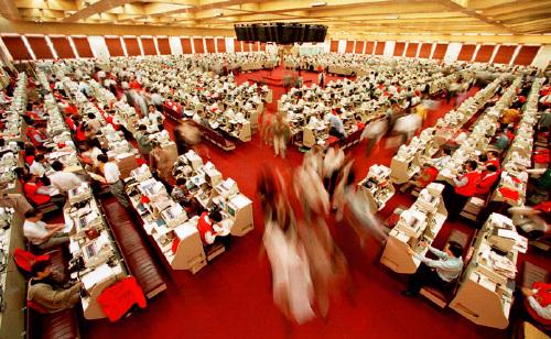 """25-2 2017 年10 月,港交所交易大厅关闭,俗称""""红衫仔""""的出市代表在交易大厅忙碌的身影曾被视作港交所的象征。视觉中国"""