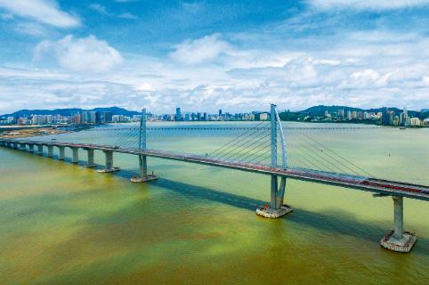 45-3 正式通车后,香港与珠海、澳门之间4 个小时陆路车程将缩短为30 分钟,港珠澳大桥将成为连接粤港澳大湾区东西两岸的重要枢纽。图片来源:视觉中国