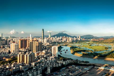 45-1 5 月26 日,深圳和香港的界河深圳河两岸景色迥异。深圳一边是高楼林立的城市,香港一边是田园风光的乡村。