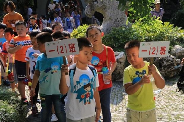 2、参加入学礼的孩子们游览何园 (郭莉 摄)