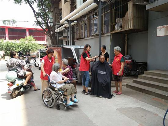 5   党员志愿者为社区老人义务理发