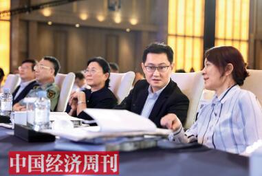 42-3 人民日报社副总编辑卢新宁(右)与腾讯公司董事会主席兼首席执行官马化腾(左)在论坛现场亲切交流