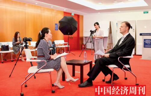 24 9 月5 日,在世界经济论坛北京办公室,艾德维接受《中国经济周刊》专访。《中国经济周刊》首席摄影记者 肖翊 摄