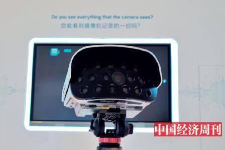 p22-2通过19个镜头组成的智能阵列摄像机,可以清晰地拍摄到一公里以外的人脸,两公里以外的运动轨迹,论坛现场展示的马拉松画面放大后可以看到每一个人的面部表情。智能阵列摄像机未来不仅可以快速查找、定位一切需要找到的物品,更能快速通过人脸和声音识别出更多信息。《中国经济周刊》首席摄影记者 肖翊 摄