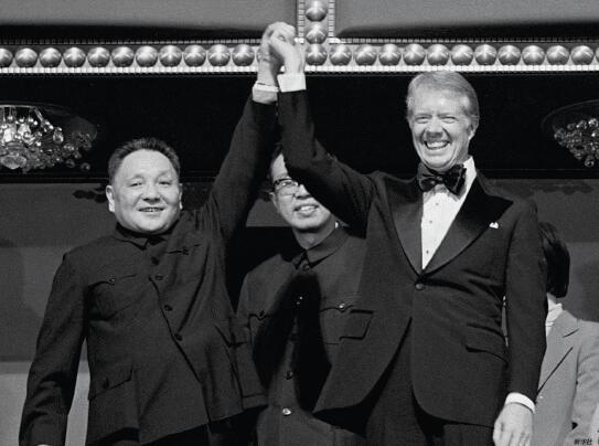 p48-1979 年1 月29 日,邓小平(左)在美国华盛顿肯尼迪中心观看表演时与美国总统卡特一起向观众致意。