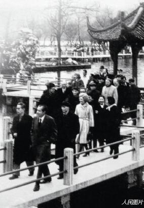 """p49-1972 年2 月,周恩来总理与美国总统尼克松在杭州就""""中美联合公报""""内容进行最后的磋商,并陪同客人浏览""""三潭印月""""。"""