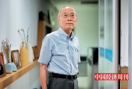p56-汪建熙在长安街边上一间非常简约的办公室里接受《中国经济周刊》记者专访。《中国经济周刊》首席摄影记者 肖翊 摄