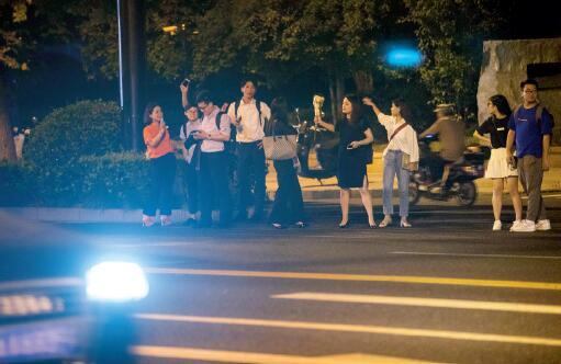 p55滴滴暂时停止深夜服务后,给各地市民的出行带来困扰。许多城市里,黑车漫天要价,出租车运力却不足,等半小时等不来一辆空车。视觉中国