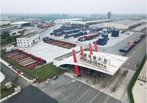 p58 运行中的成都铁路口岸多式联运海关监管中心 视觉中国