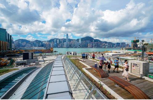 p74 2018 年9 月23 日,西九龙站顶的天空走廊首次向公众开放,吸引大批首日抵港的游客在这里观景,也让这里成为欣赏维港风光的又一个新观景点。 视觉中国