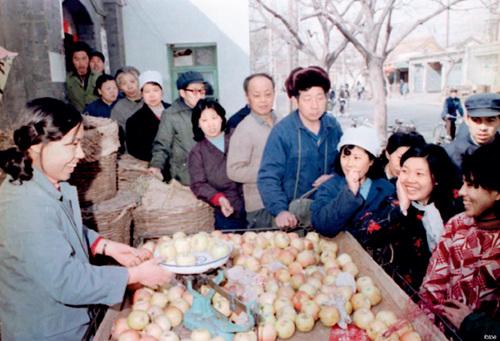 28-2 1983 年3 月7 日,经时任北京市政府批准的王莹个体水果摊正式营业。