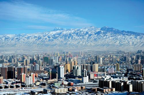 42-2 乌鲁木齐空气质量优良,蓝天白云之下,城市和远处的博格达峰清晰可见。