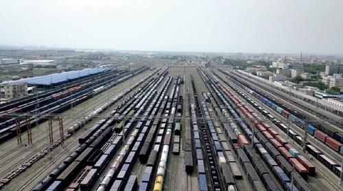 42-5 新疆最大的铁路货运编组场——乌西站,中欧班列编组后将由这里发车前往欧洲。图片来源:视觉中国
