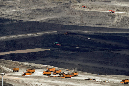 """42-3 准东煤田是深藏在新疆准噶尔盆地中的黑色""""煤海"""",东西长达220 公里的茫茫戈壁下蕴藏着3900 亿吨煤炭资源,已探明储量2149 亿吨,是中国目前最大的整装煤田。"""