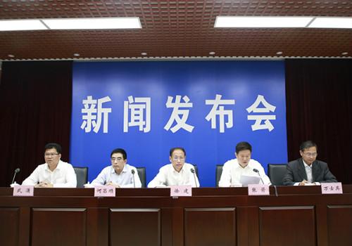 安徽省政府金融工作办公室主任何昌顺(左二)在新闻发布会上,并回答记者提问。吴晓光  摄