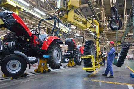 6  一拖集团研发的国产动力换挡大轮拖(潘郁  摄)
